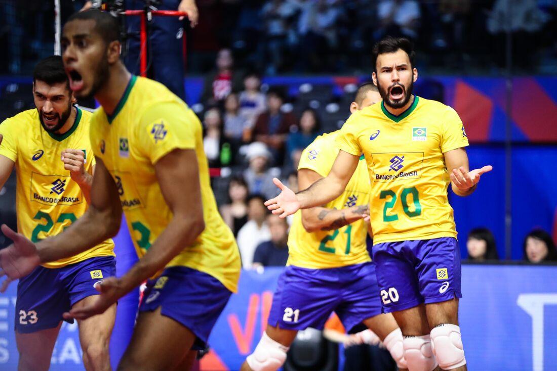 Jogadores brasileiros comemoram mais uma vitória da seleção de vôlei na Liga das Nações