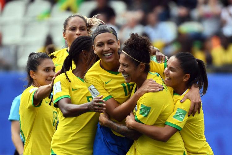 Meninas da seleção brasileira comemoram gol de Cristiane