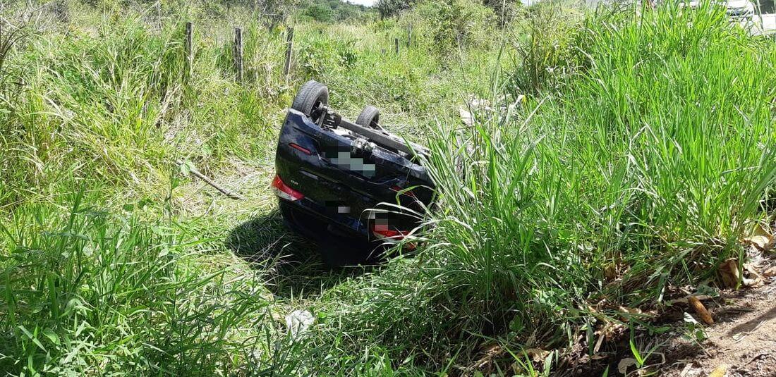Carro capotou em área de matagal ao lado da pista