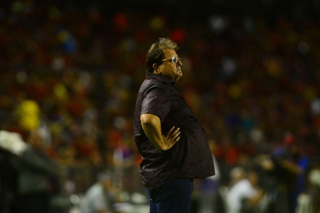 Treinador Guto Ferreira esboçou time e deve realizar seis mudanças.