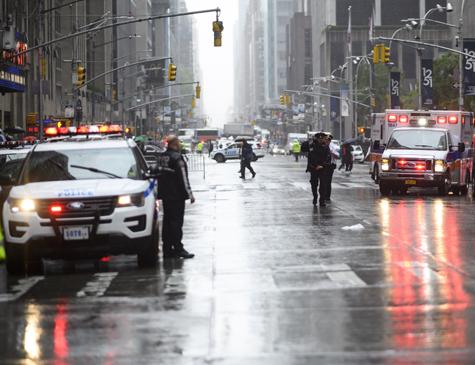 Policiais próximos dos veículos de emergência presentes no local do acidente.