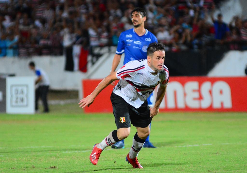 Artilheiro coral, Pipico marcou dois gols na vitória diante do Confiança.