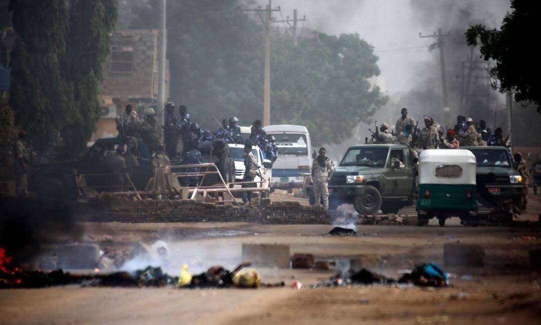 Militares enviados ao arredores da sede do Exército do Sudão, onde manifestantes acampavam para pressionar por entrega do poder a civis