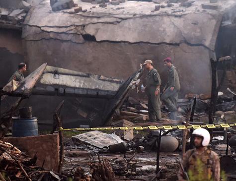 Soldados paquistaneses isolam local onde avião militar caiu em Rawalpindi, na terça-feira (30)