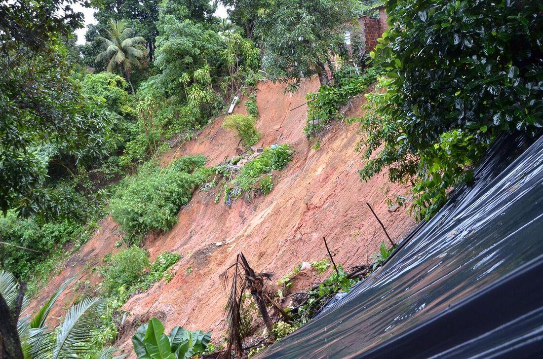 Deslizamento de barreira em Dois Unidos, Zona Norte do Recife