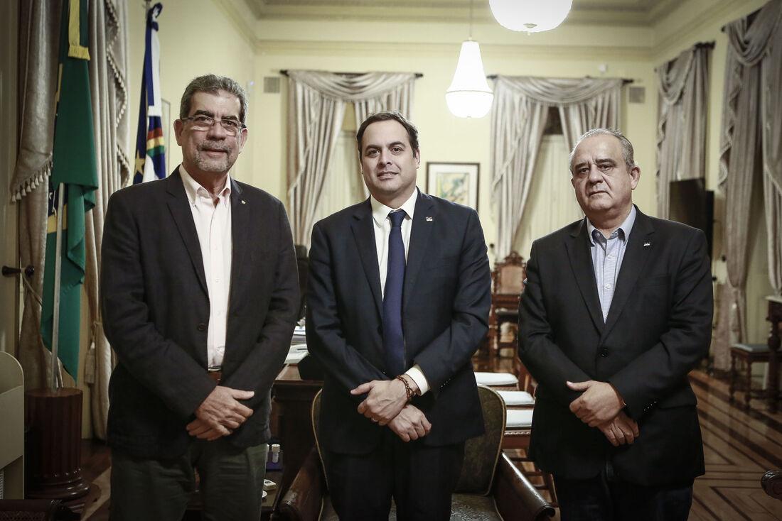 Fernando Jucá, Paulo Câmara e Aluisio Lessa reunidos no Palácio do Campo das Princesas