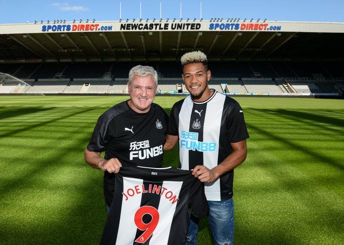 Atacante Joelinton ao lado de Steve Bruce, treinador do Newcastle.