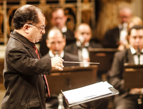 Comandado pelo maestro Nenéu Liberalquino, grupo musical interpreta ainda peças de John Williams, Milton Nascimento e Beethoven