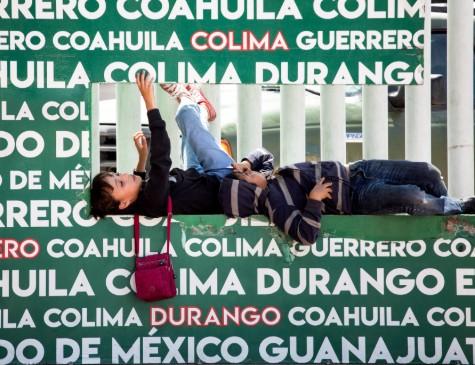 Crianças que faziam parte de um grupo de deportados dos EUA brincam na fronteira