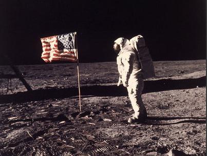 Apollo 11 foi um voo espacial tripulado norte-americano responsável pelo primeiro pouso na Lua