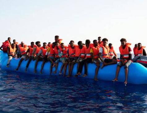 Crise Humanitária: Migrantes a bordo de embarcação na Líbia