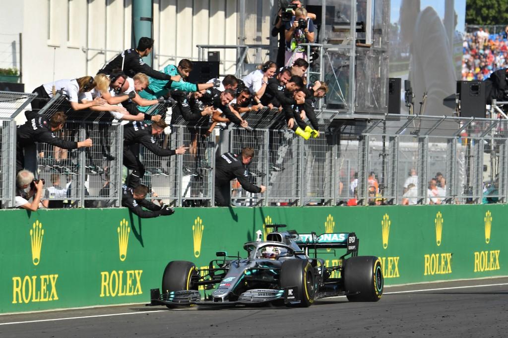Lewis Hamilton comemora com seus colegas de equipe depois de vencer o Grande Prêmio da Hungria