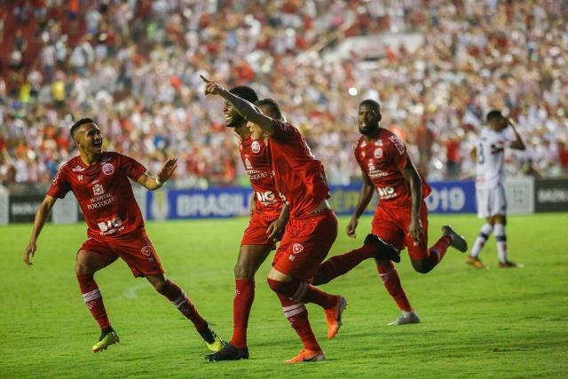 Alvirrubros comemoram gol de Diego Silva sobre o Santa Cruz