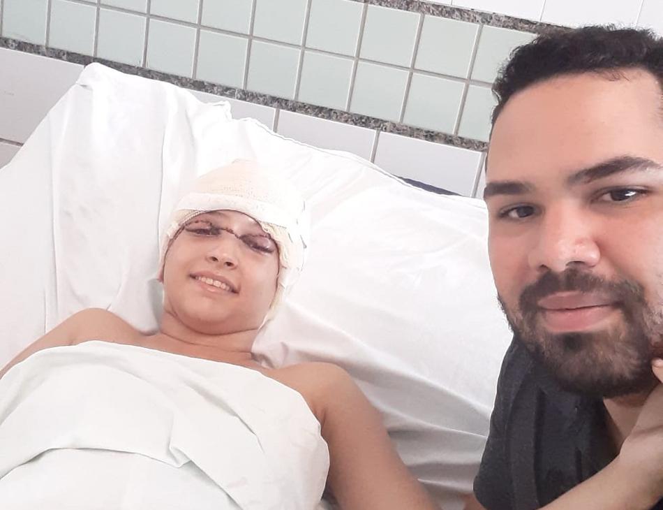 Débora ao lado de Eduardo no leito do Hospital da Restauração