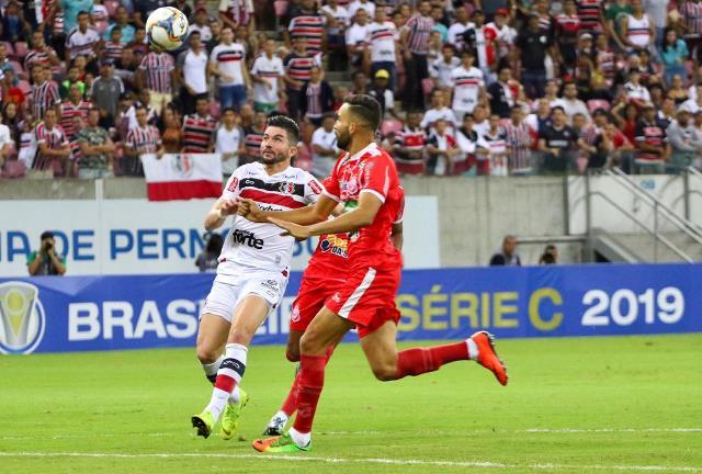 Guilherme Queiroz disputa bola no jogo contra o Imperatriz/MA