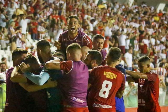 Alvirrubros comemoram gol contra o Santa nos Aflitos