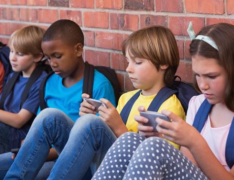 Dentre os pontos negativos do uso intensivo dos smartphones está a dificuldade em se relacionar