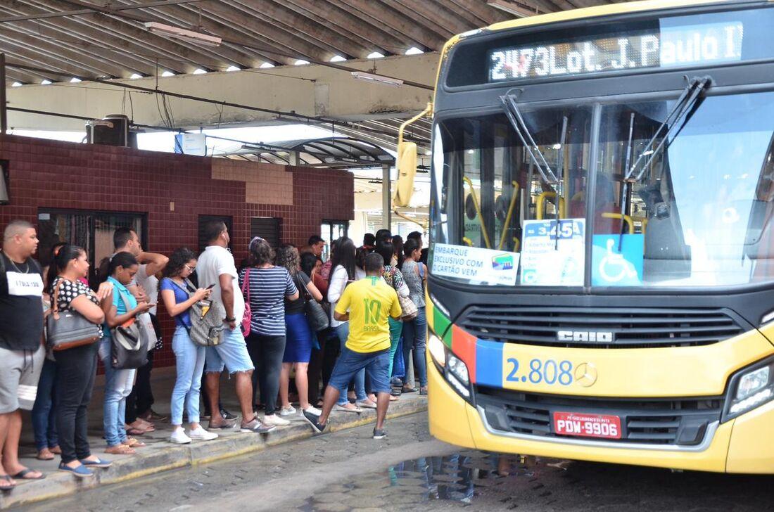 Movimentação no TI Camaragibe devido a paralisação do Metrô na manha desta terça-feira (27)