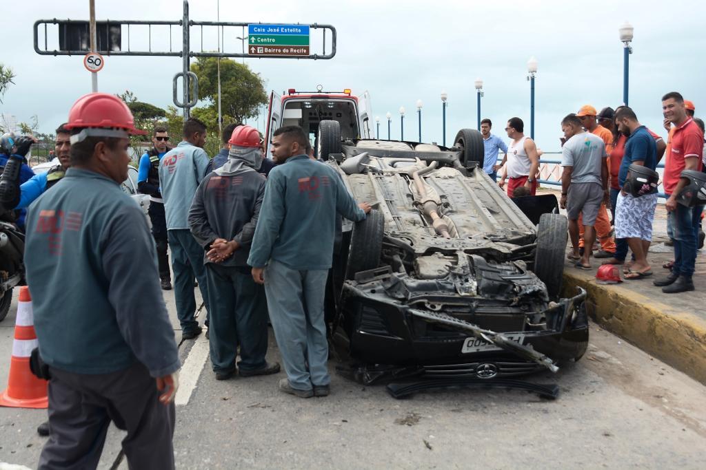 Mulher ficou ferida após o capotamento do carro
