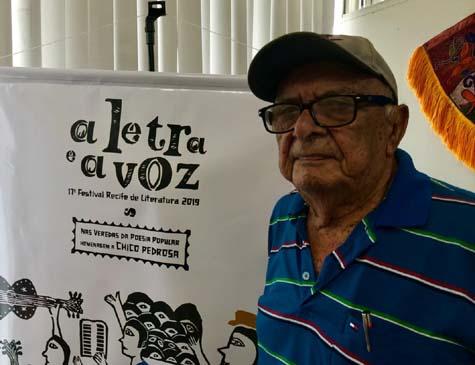 Chico Pedrosa, poeta popular homenageado no festival. A ilustração do evento é uma xilogravura exclusiva do artista J. Borges.