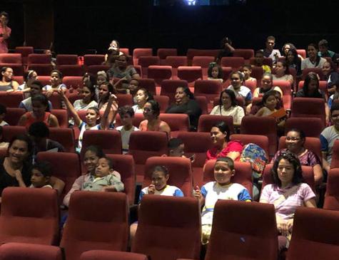 Crianças durante a sessão realizada nesta quarta-feira (21), no cinema do Museu, em Casa Forte
