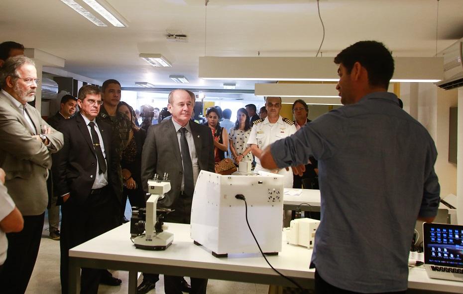 Ministro da Defesa durante visita ao Porto Digital
