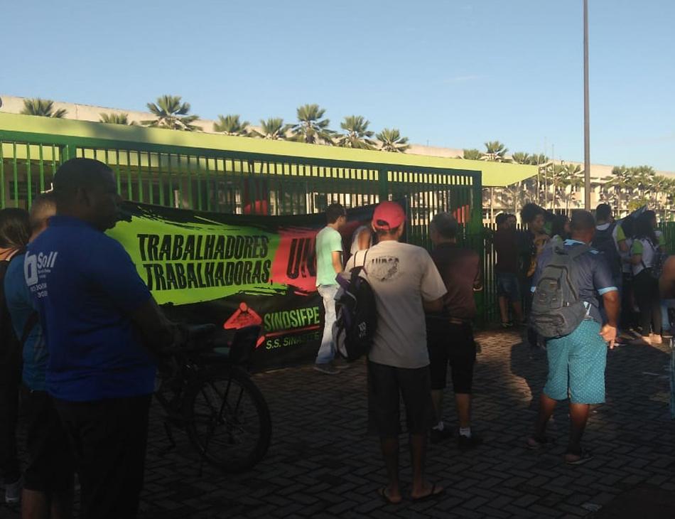 Faixas foram colocadas no portão do Campus Recife do IFPE