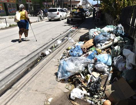 Lixo toma conta das ruas que ficam no entorno do Conjunto Beira Mar. no Janga