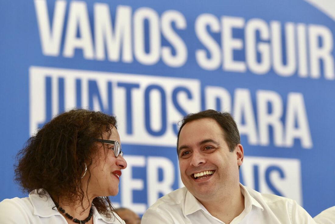 O governador Paulo Câmara transmitiu o cargo a vice-governadora Luciana Santos neste sábado