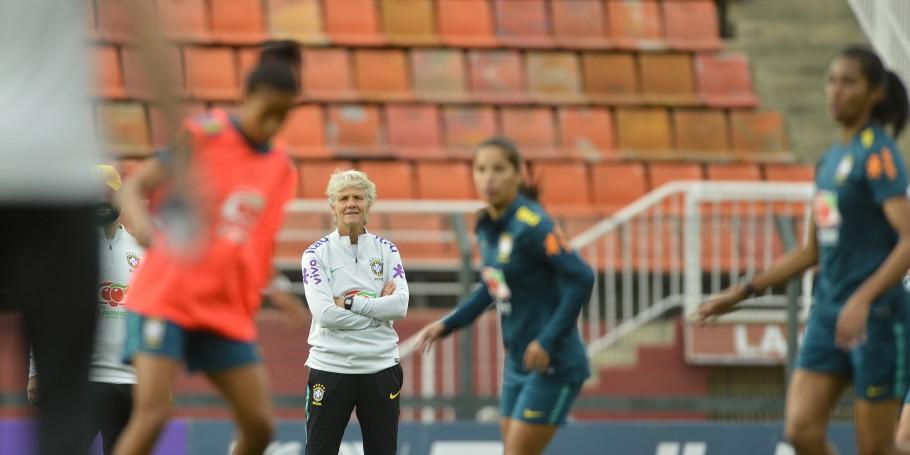 Pia Sundhage comanda treino da seleção brasileira de futebol feminino