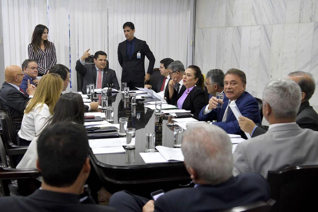 """O presidente do Senado, Davi Alcolumbre (DEM-AP) descartou que o prazo de 60 dias previsto para tramitação da PEC seja """"atropelado"""""""