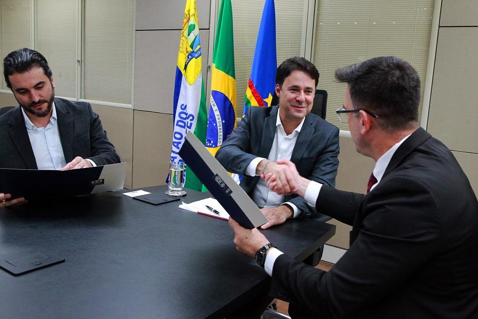 Alvará de funcionamento foi entregue pelo prefeito Anderson Ferreira à diretoria da empresa