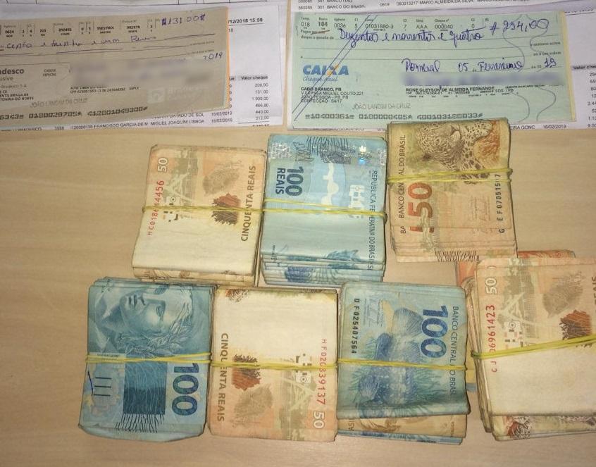 Foram apreendidos na residência do vereador aproximadamente R$ 45 mil em espécie e R$ 160 mil em cheques