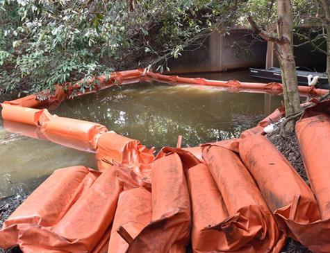 Barreira de contenção foi colocada com a finalidade de evitar danos de maiores proporções ao mangue