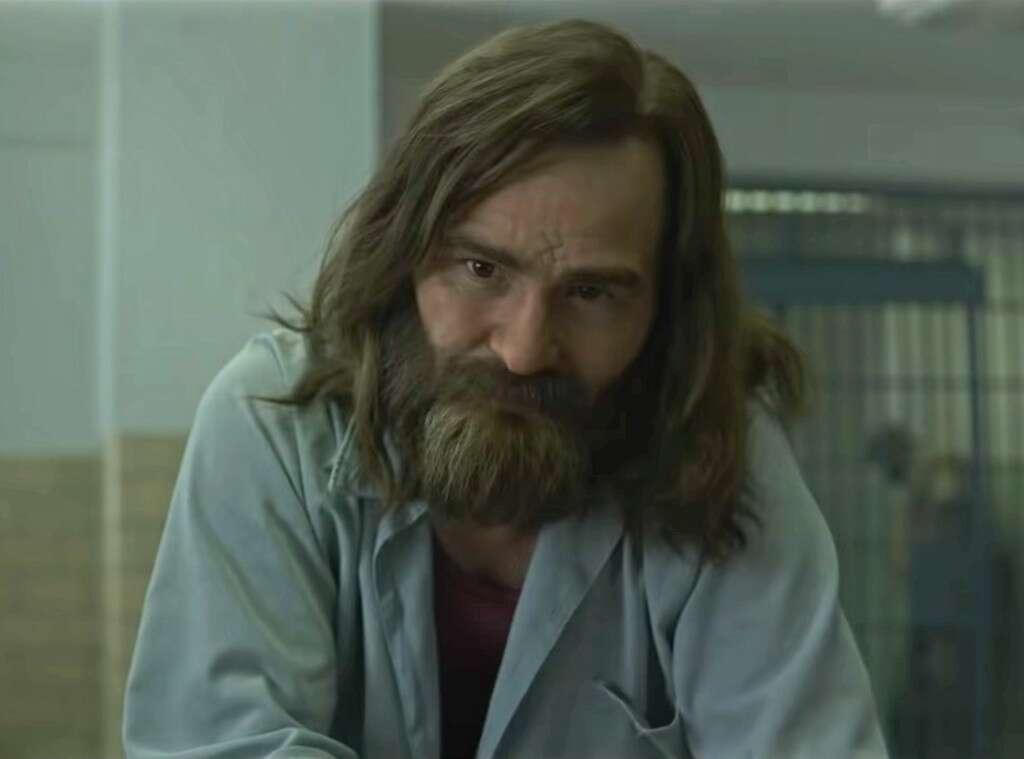 O ator Damon Herriman interpreta Charles Manson, serial killer famoso por sua influência