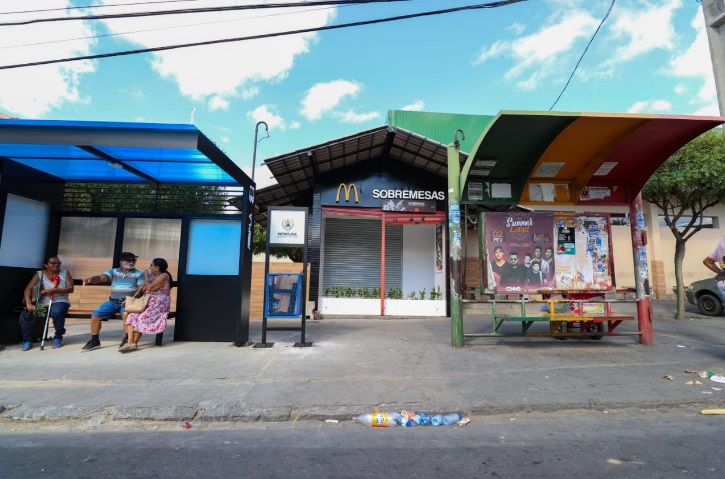 Novo e antigo ponto de ônibus da cidade