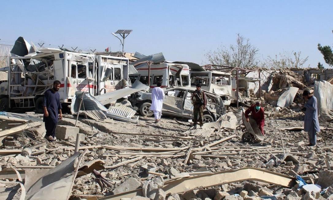 Forças de segurança afegãs investigam cena da explosão de carro-bomba