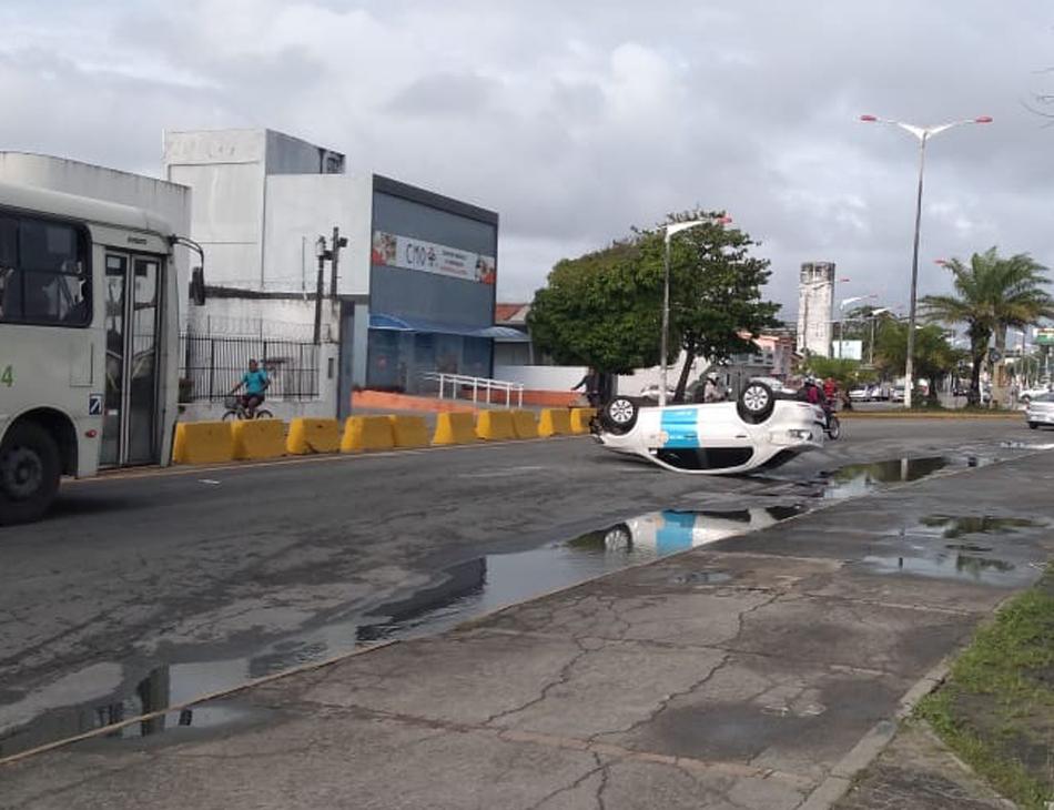 Capotamento deixou taxista ferido