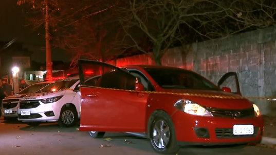 Motorista foi baleada no momento em que transportava duas mulheres que deixavam um baile funk
