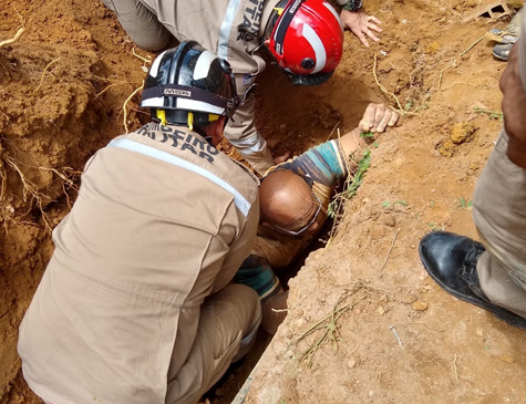 Durante resgate, bombeiros utilizaram técnicas para que a medula espinhal do pedreiro não fosse comprometida