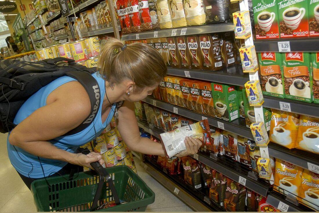 Consumidora compra item no supermercado