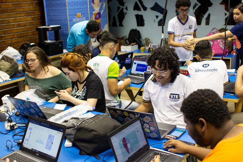 Estudantes atuando durante o programa do Fab Lab
