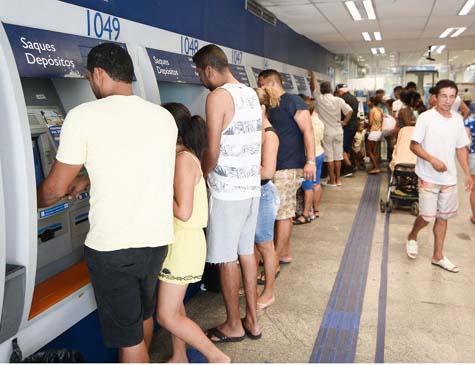 Agência da Caixa econômica do bairro da Encruzilhada, no primeiro dia de pagamento do FGTS.