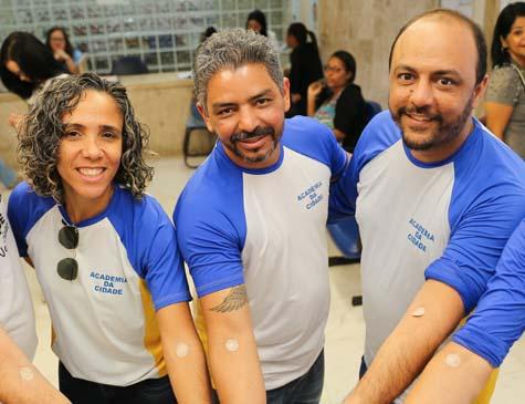 Educadores físicos em mutirão de doação de sangue.