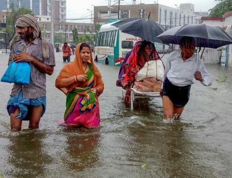 Moradores enfrentam enchente em Patna, na Índia