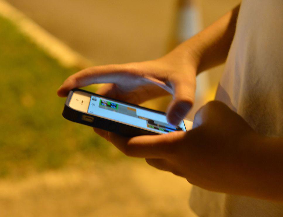 Criança mexendo em smartphone