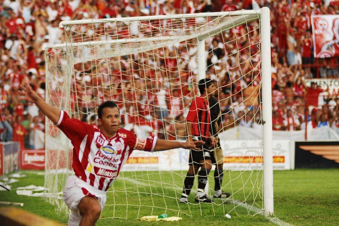 Kuki comemora gol de Capixaba no jogo contra o Ituano