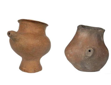 Seleção de mamadeiras de cerâmica da Idade do Bronze, datadas de 1200 a 800 d.C.