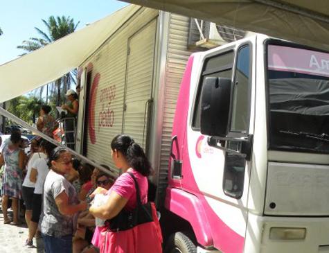 O caminhão do mamamóvel realiza exames gratuitos de mamografia