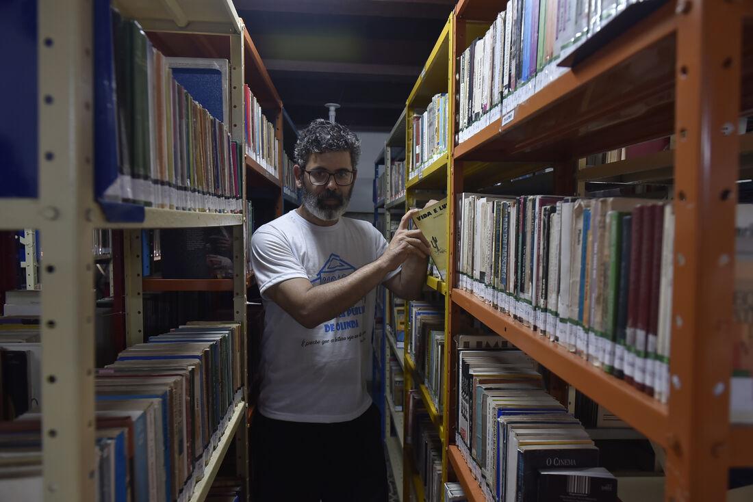 O reeducando Ricardo Noronha participou da reforma da biblioteca